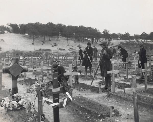 WAACs tending graves at the Etaples Military Cemetery, 1918