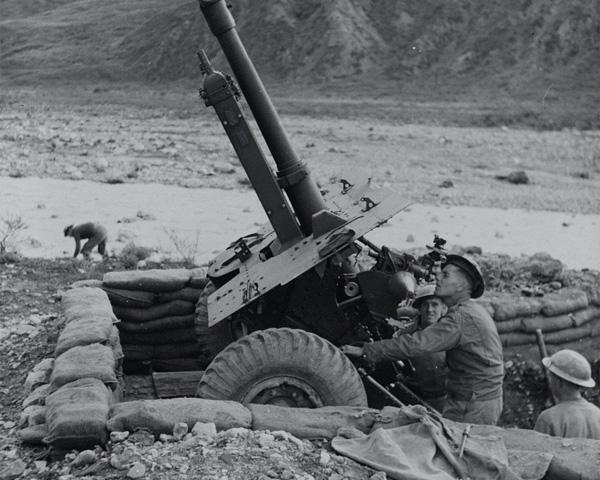 A 25-pounder gun, Italy, 1944