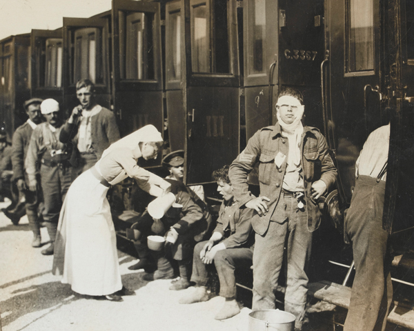 A nurse serves tea to wounded and gassed soldiers, 1915