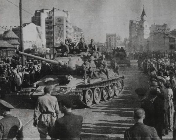 Red Army tanks arrive in Bucharest, 1944