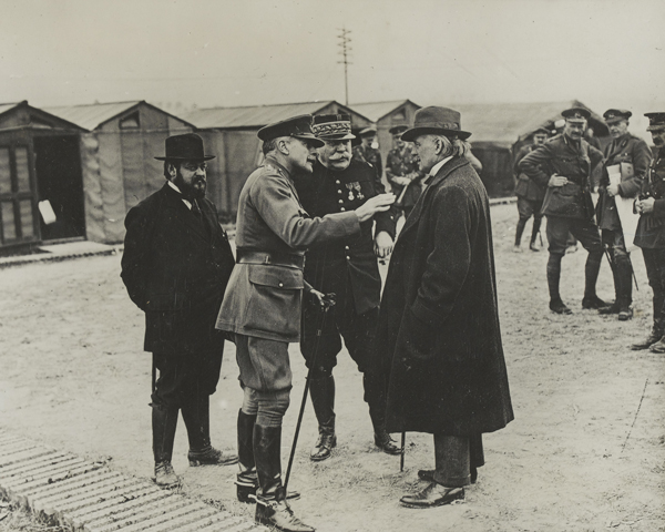 Minister of Munitions, David Lloyd George (right), confers with General Sir Douglas Haig (second left), 1916