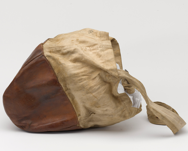 The reinforced leather of this nose bag prevents it being worn through when pressed against the ground.
