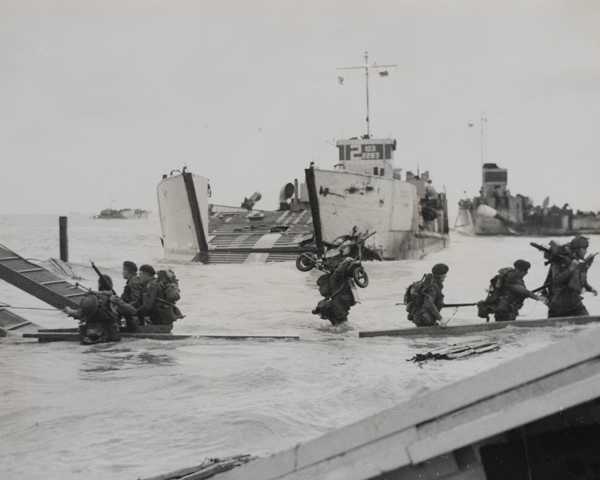 Army Commandos land on the Normandy beaches, 6 June 1944