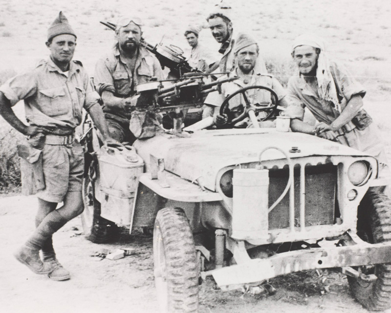Members of the Long Range Desert Group with a jeep armed with twin Vickers Class K-guns, c1942