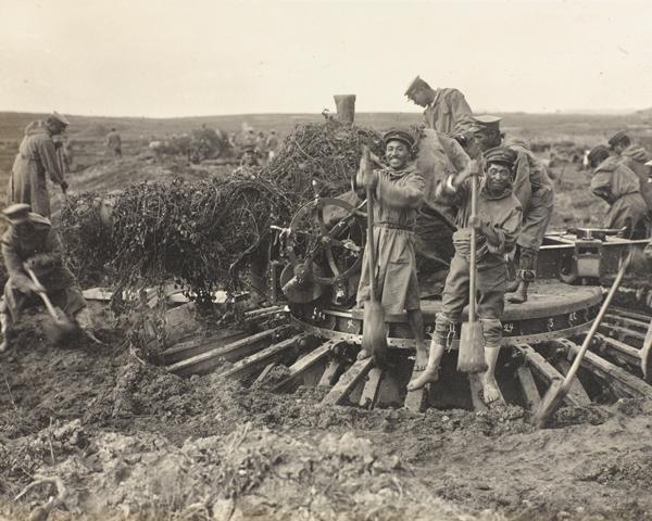 Japanese troops making a gun platform, Tsingtao, October 1914