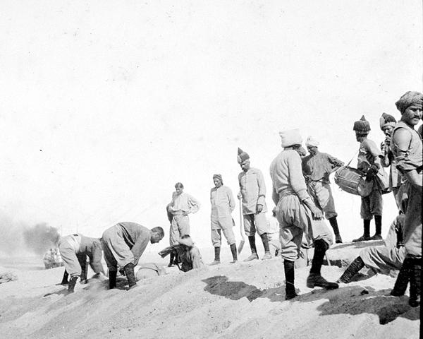 Digging defences along the Suez Canal, 1915