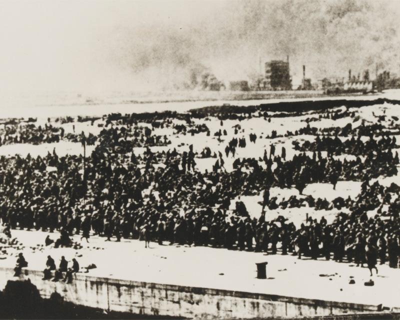 British troops awaiting evacuation at Dunkirk, 1940