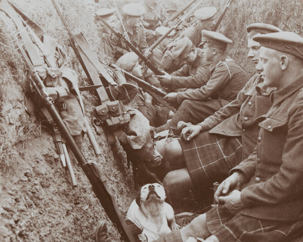 Seaforth Highlanders in a makeshift trench, 1915