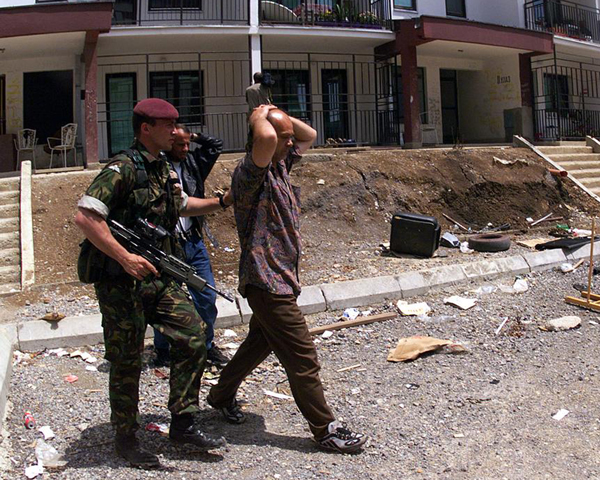 Rounding up suspects in Pristina, 1999