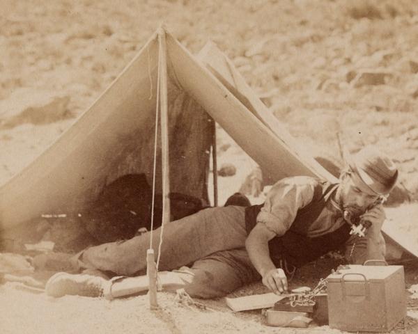 Field telegrapher sending news of victory at Klip Drift, 1899