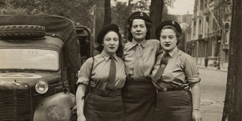 Yetta Haring (left) with her friends Mary and Flora ('The 3 Musketeers') in Amsterdam, 1945