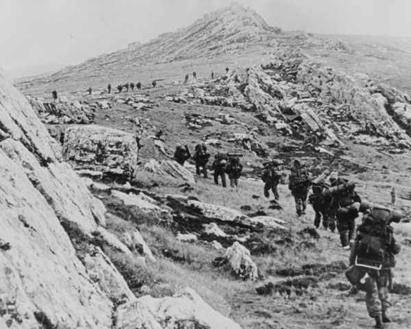 British troops advance across rough Falklands terrain, 1982
