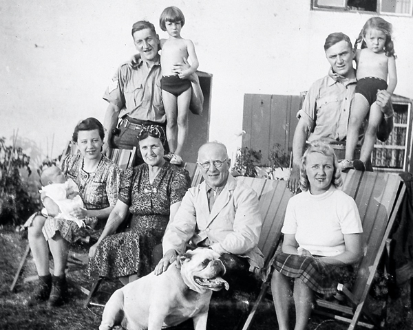 Sergeant Sale with the 'Crowley's at Home', Linton, Cambridgeshire, 1940