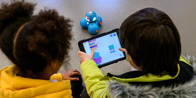 Kids programming a Dash Robot