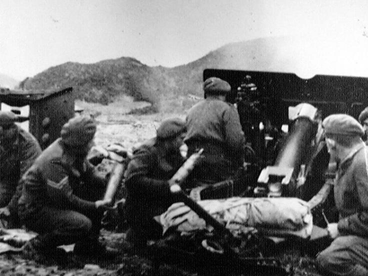 A 25-pounder of 45 Field Regiment, Royal Artillery, fires at enemy positions on the Imjin, 1951
