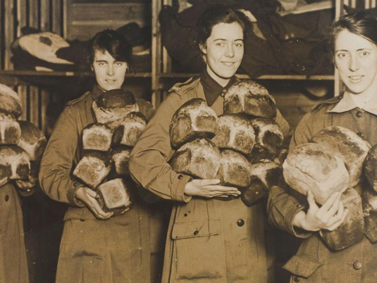 Queen Mary's Army Auxiliary Corps personnel with bread for the troops, 1918