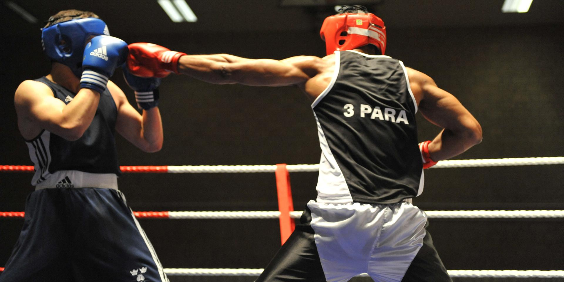 A soldier from 3rd Battalion The Parachute Regiment fights a boxer from Oxford University, 2009