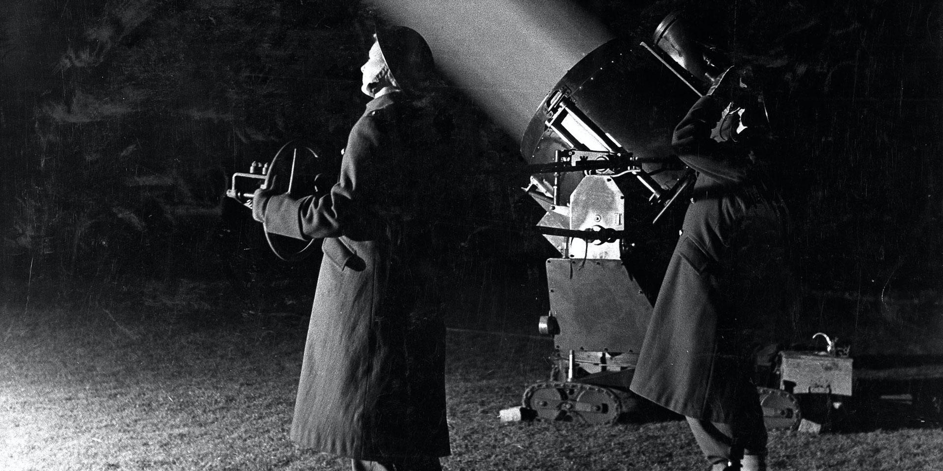 Auxiliary Territorial Service personnel operating an anti-aircraft searchlight, c1940