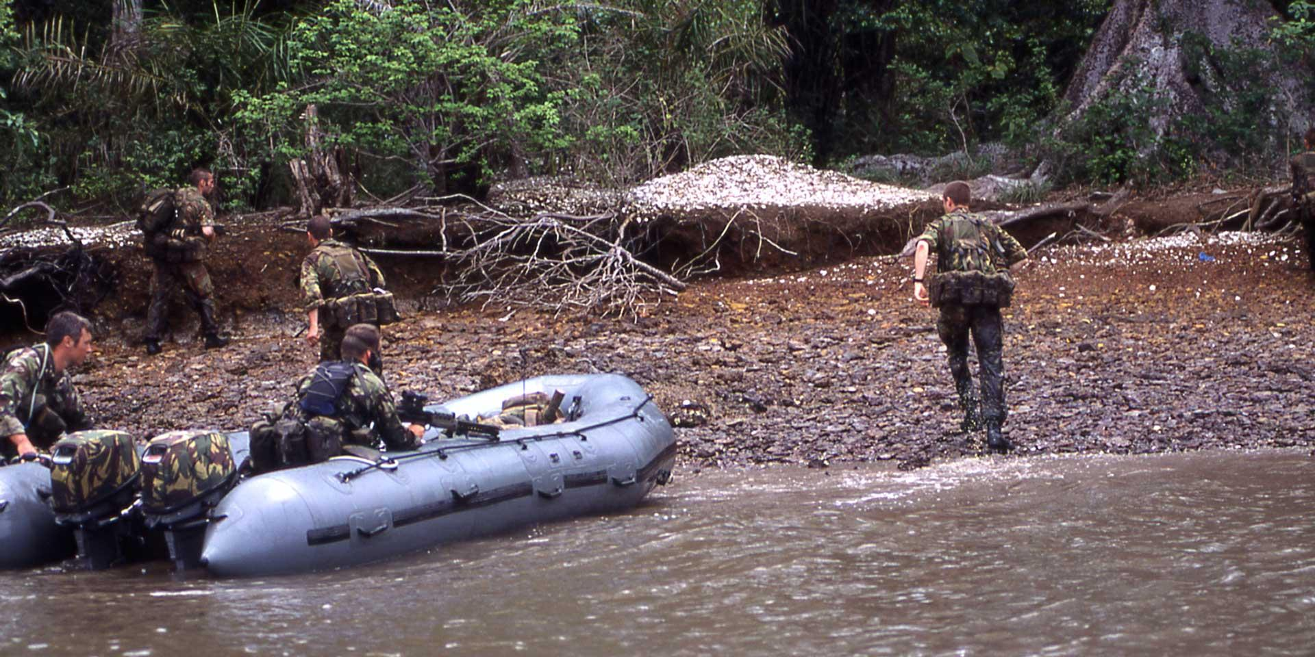 Special Forces deploy by boat during Operation Barras, September 2000