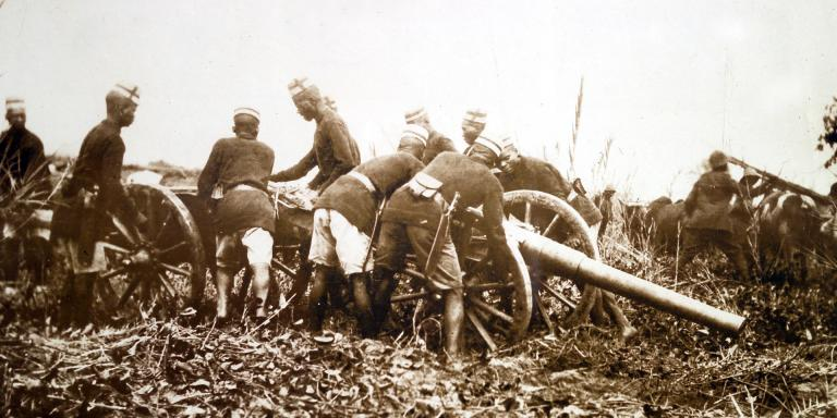 Askaris troops manning a field gun during the East Africa Campaign, 1914